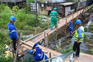 Governo do Estado reforma pontes de acesso em área de intervenção do Prosamim no igarapé do 40