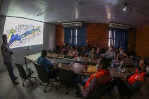 UGPE apresenta relatório de monitoramento do impacto da cheia em áreas do Prosamim para Defesa Civil de Manaus